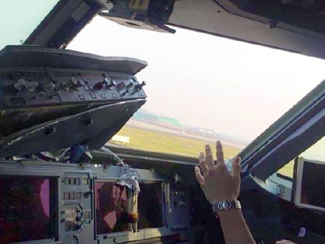 TQ: Cửa sổ máy bay bật tung, phi công bị kính cứa vào mặt khi đang bay