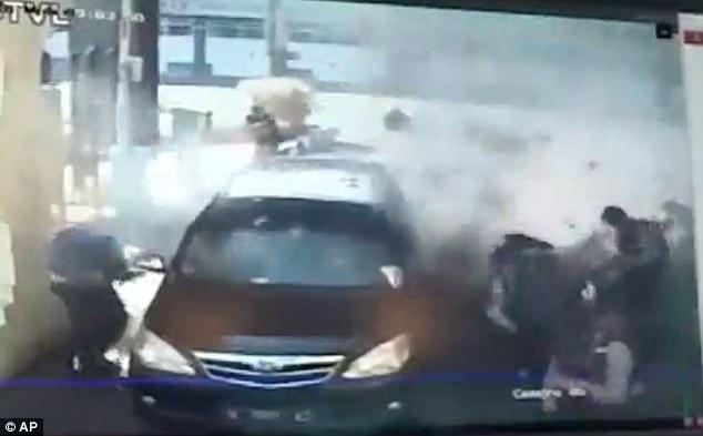 Video gia đình thứ 2 đánh bom rung chuyển đồn cảnh sát Indonesia - 1