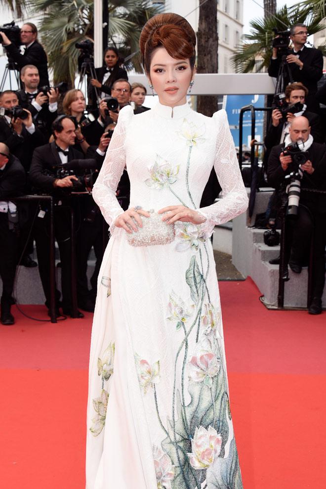 Lý Nhã Kỳ diện áo dài quý phái, Kristen Stewart cởi phăng giày trên thảm đỏ - 1