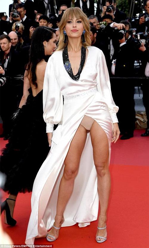 Siêu mẫu Séc luống cuống vướng váy trên thảm đỏ Cannes - 1