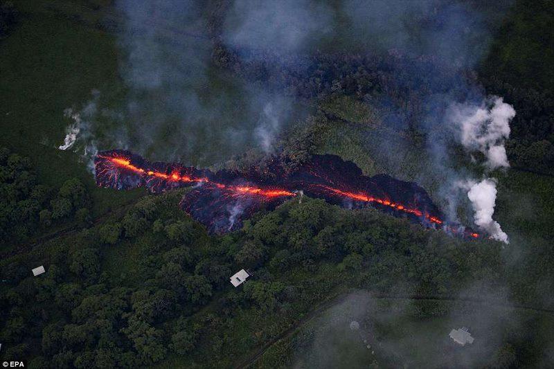 """Núi lửa Hawaii phun ra """"bom nham thạch"""" bằng chiếc ô tô - 1"""