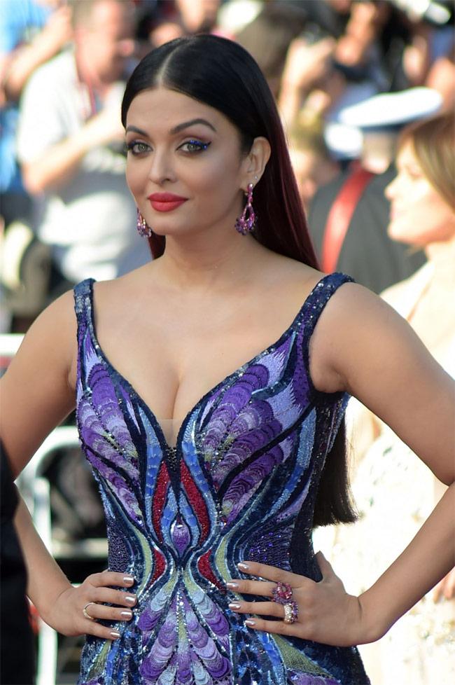 Lần xuất hiện mới nhất của Aishwarya Rai trên thảm đỏ Cannes khiến người ta phải trầm trồ vì nhan sắc quá mặn mà, đằm thắm ở tuổi 44.