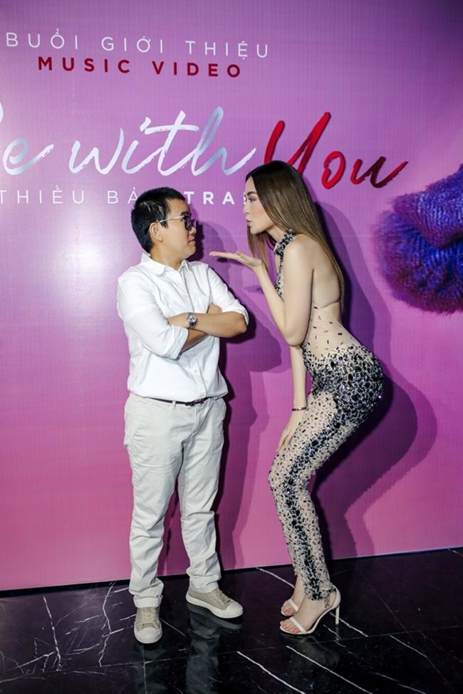 """Thiều Bảo Trang từng lên tiếng trả lời phỏng vấn về mối quan hệ của cô với Phương Uyên chỉ dừng ở vấn đề công việc. Tuy nhiên, cả hai vẫn luôn xuất hiện với nhau như hình với bóng. Trong buổi họp báo ra mắt MV """"Be with you"""" vào năm 2017, cả hai có nhiều hành động khá thân mật."""