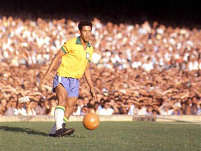 """Siêu """"dị nhân"""" World Cup: Garrincha - Thiên tài chân cong, vĩ đại hơn Pele"""