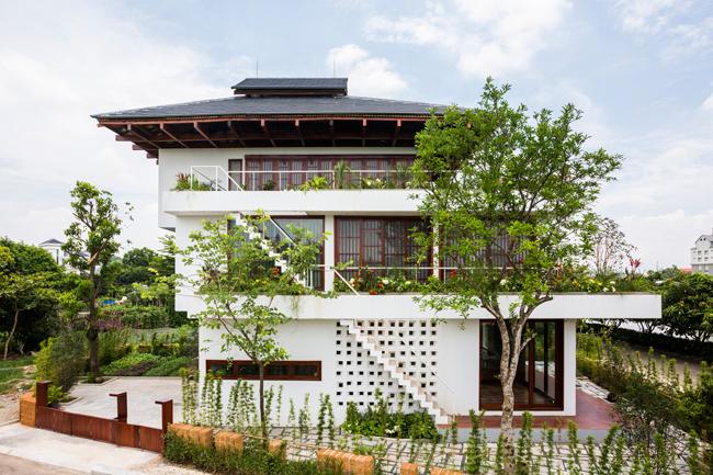 Ngôi nhà độc đáo này nằm ở thành phố Vĩnh Yên, tỉnh Vĩnh Phúc, cách thủ đô Hà Nội khoảng 1,5h lái xe.
