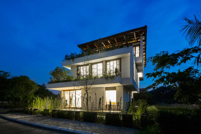 Nhờ kiến trúc dạng hộp trượt, các tầng được sắp xếp như các bậc thang, tầng nào của ngôi nhà cũng có khoảng ban công thoáng, rộng, bóng đổ của các tầng trên cũng giúp che bớt nắng cho tầng dưới.