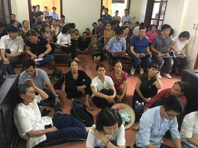 """Xét xử BS Lương: Người nhà đứng ngồi la liệt, đòi """"xử"""" ông Trương Quý Dương"""