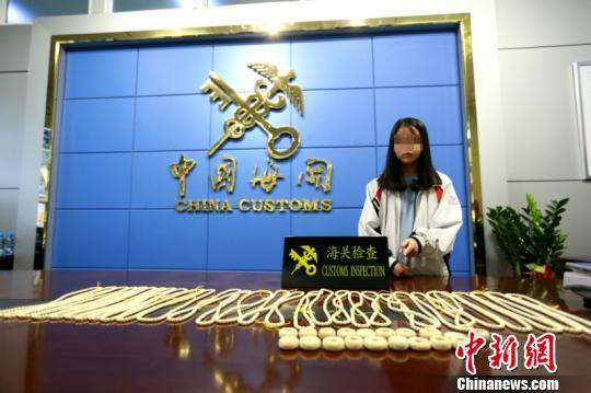 TQ bắt giữ bé gái Việt quấn 2kg ngà voi quanh bụng - 1