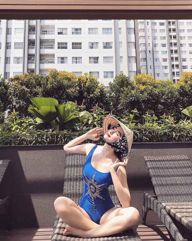 """Angela Phương Trinh """"chơi trội"""" khi diện bikini nóng bỏng, đội nón lá - 1"""