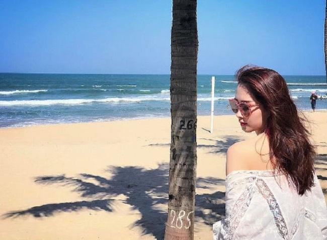 Cô còn nổi tiếng là người đẹp ăn mặc kín đáo nhất làng hoa hậu Việt.