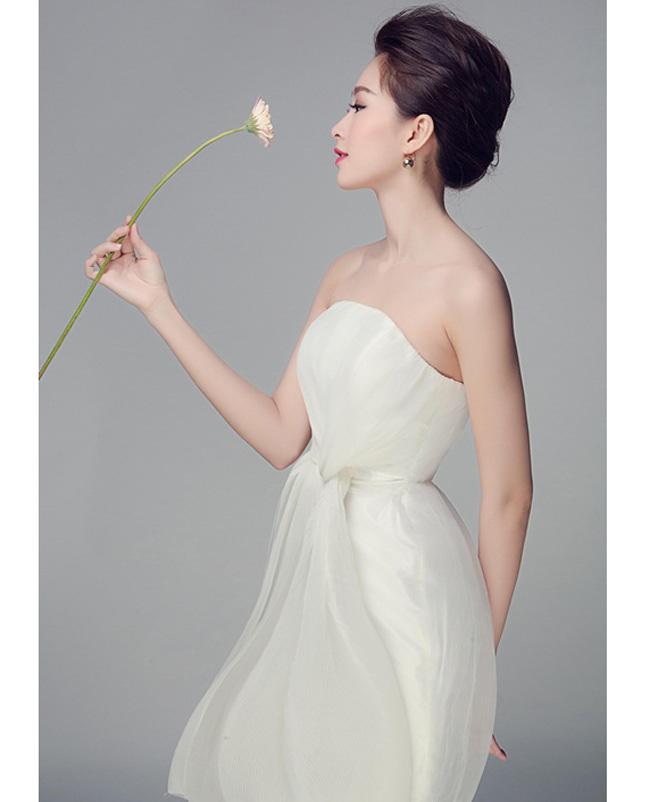 Hoa hậu thường lựa chọn trang phục có màu sắc trang nhã, không lòe loẹt. Thu Thảo hiếm khi mặc sexy đi dự sự kiện.