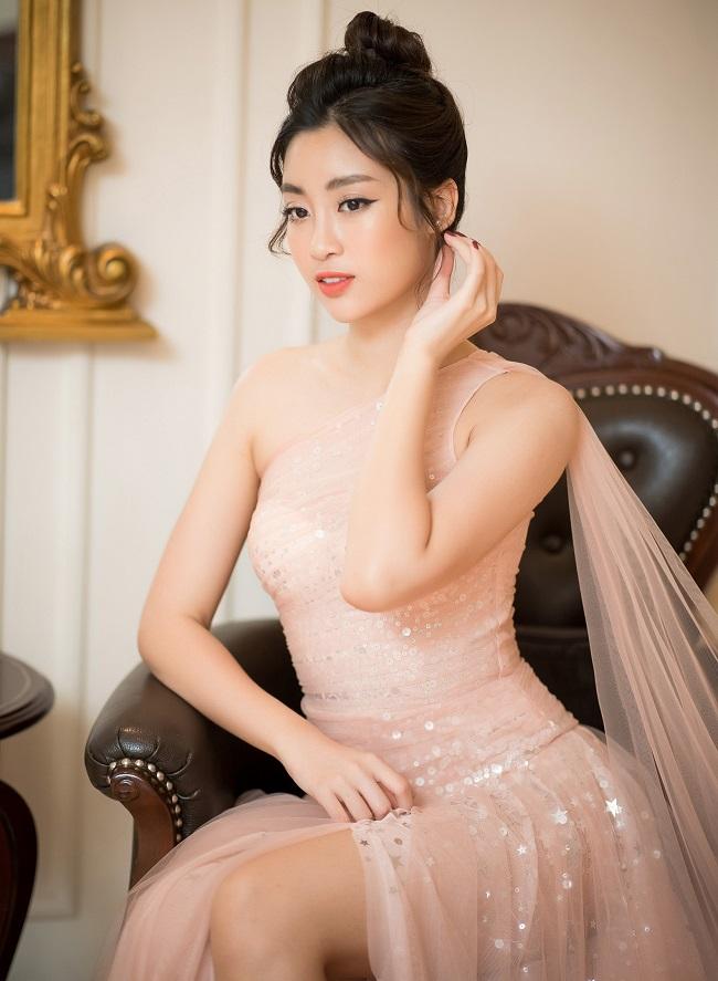 Cô thường xuất hiện ở các sự kiện với hình ảnh thanh lịch, mong manh.