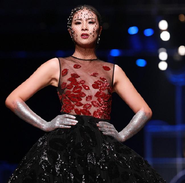 Lần hiếm hoi Ngọc Hân diện mốt không nội y khi trình diễn thời trang.
