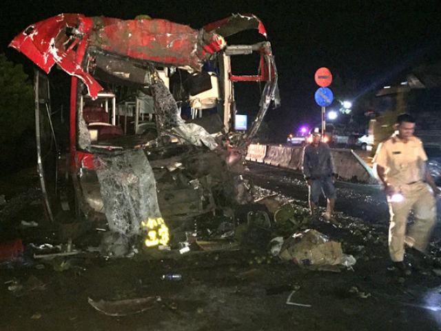 Xe khách đâm thẳng vào container, 11 người nhập viện