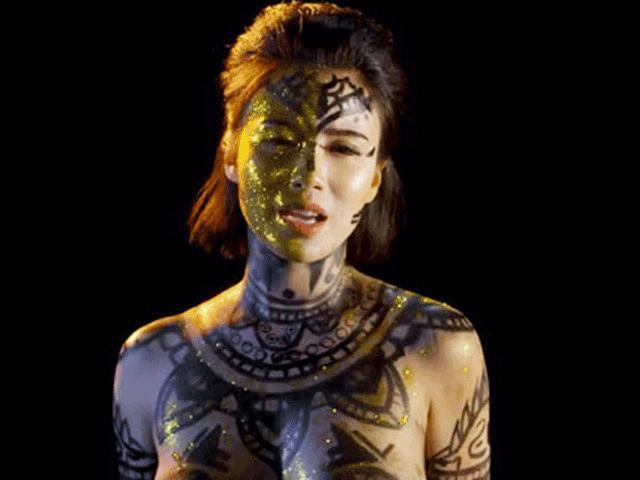 Bộ đồ vẽ cơ thể của Linh Miu bị dư luận chê phản cảm