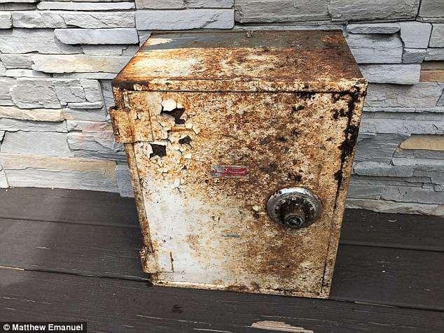 Mỹ: Tìm thấy két sắt cũ đầy tiền, vàng và kim cương khi sửa nhà - 1