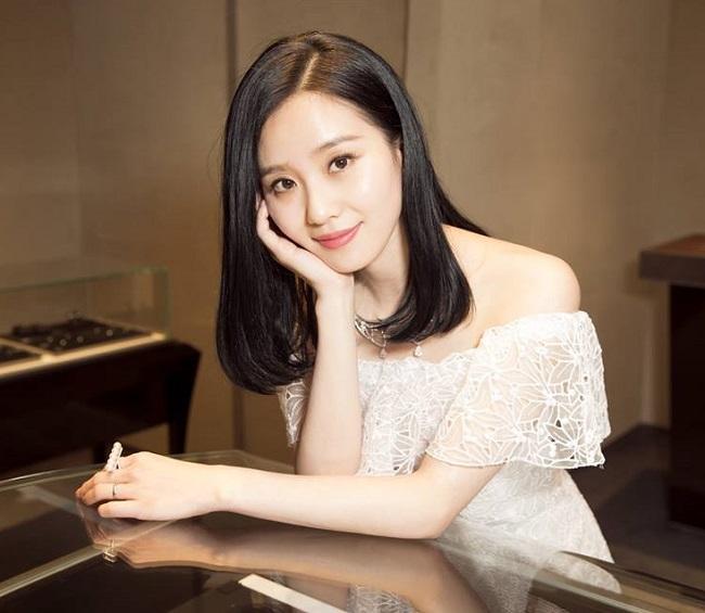 Bên cạnh đó, để da tươi trẻ, Lưu Thi Thi luôn đắp mặt nạ dưỡng ban đêm. Phải trang điểm nhiều và quay phim ban đêm khiến da dễ bị tổn thương nên người đẹp rất cẩn trọng trong việc chăm sóc da.