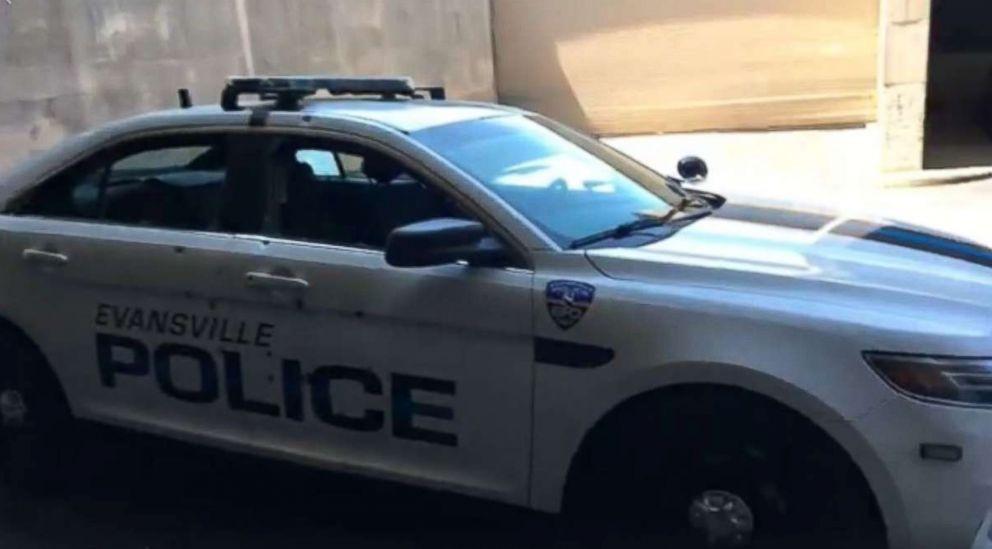 Khoảnh khắc tay súng Mỹ nã đạn xối xả vào cảnh sát tuần tra - 1