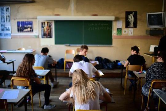 Trường học bắt học sinh phải cười khi đi ở hành lang - 1