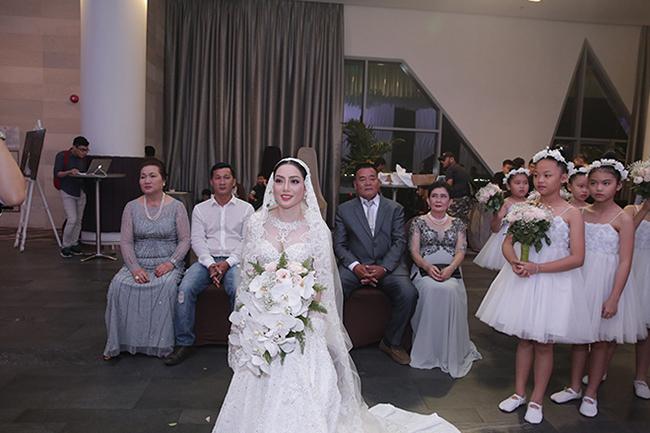 20h ngày 17.5, lễ thành hôn của Lâm Vũ và bà xã Huỳnh Tiên chính thức diễn ra trước sự chứng kiến của gia đình, họ hàng hai bên và đông đảo khách mời.