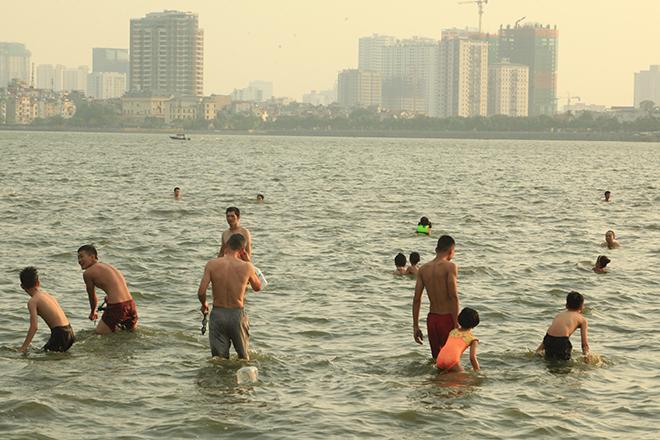 """Nắng nóng, người dân giải nhiệt ở """"bể bơi"""" lớn nhất Hà Nội - 1"""