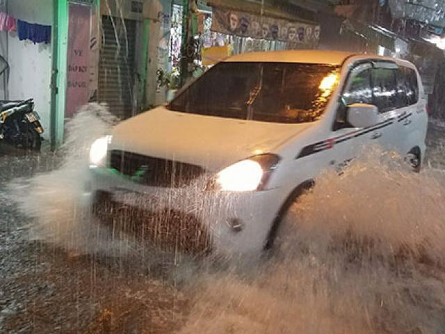 Sài Gòn mưa như trút nước, nhiều tuyến đường đã thành sông