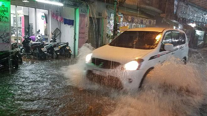 Sài Gòn mưa như trút nước, nhiều tuyến đường đã thành sông - 1