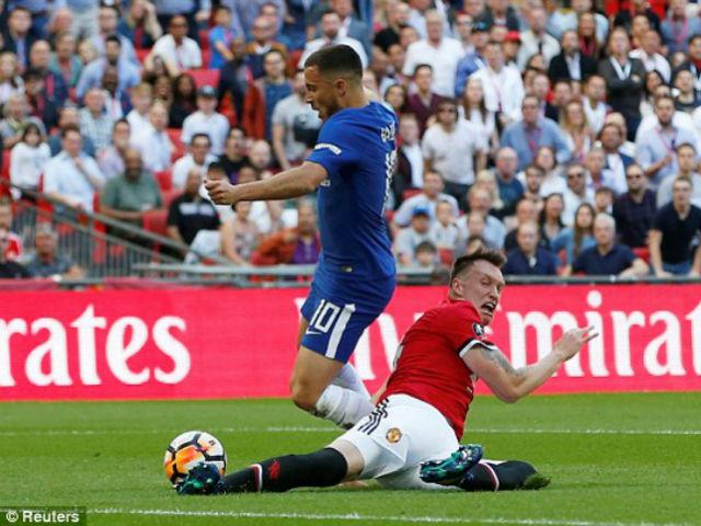 """MU gặp hạn: Jones """"gà mờ"""" biếu Chelsea 11m, Conte nổi điên đòi thẻ đỏ"""