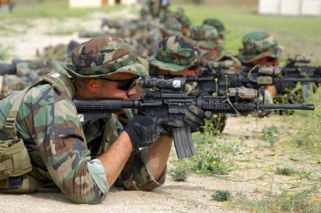 Các tân binh của lực lượng SEAL tham gia khóa luyện tập bắn súng tại trại Pendleton - một căn cứduyên hải phía TâycủaThủy quân lục chiến Mỹ.Họ phải hoàn thànhkhóa huấn luyện kéo dài 6 tháng trước khi được điều tới một đơn vị SEAL.