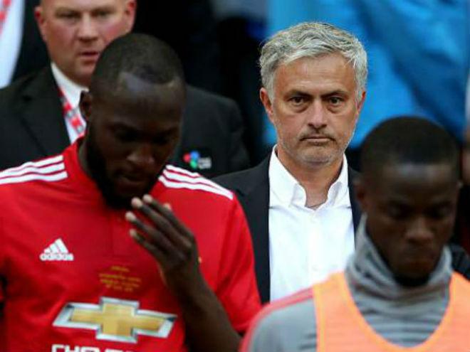 "MU thua đau: Mourinho mỉa mai ""xe bus"" Chelsea, trách Lukaku yếu đuối - 1"