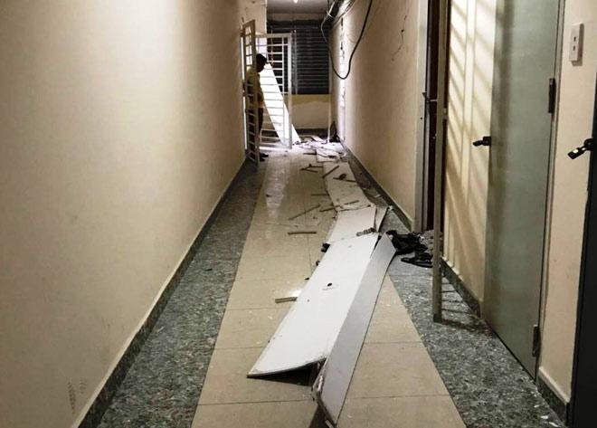 Cư dân kinh hoàng khi trần chung cư ở Sài Gòn đổ sập - 1