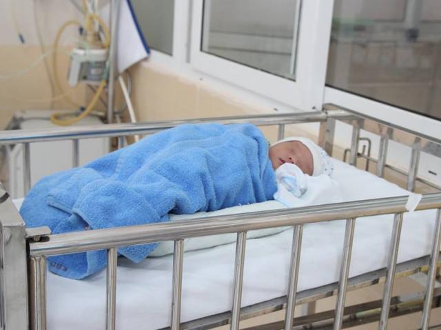 Hà Nội: Hai bé sơ sinh cực kỳ dễ thương bị mẹ bỏ rơi tại bệnh viện