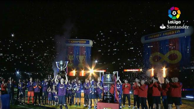 Barca nâng cúp La Liga: Messi gom kỷ lục Giày vàng, Iniesta rơi lệ ra đi - 1