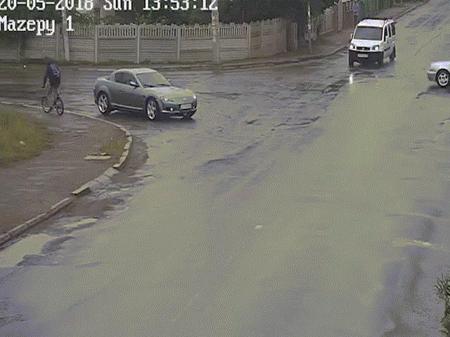 Ô tô bị đâm lộn ngược, tài xế văng ra bình an vô sự