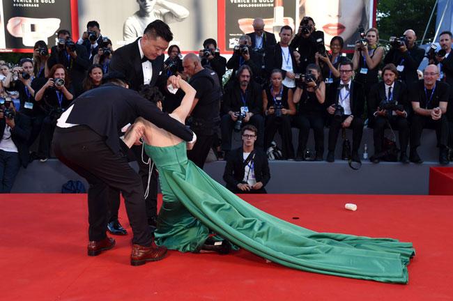 Lương Kính Kha, nữ diễn viênThiếu Lâm Tự cũng bị sự cố ê chề trên thảm đỏLHP Venice lần thứ 73.