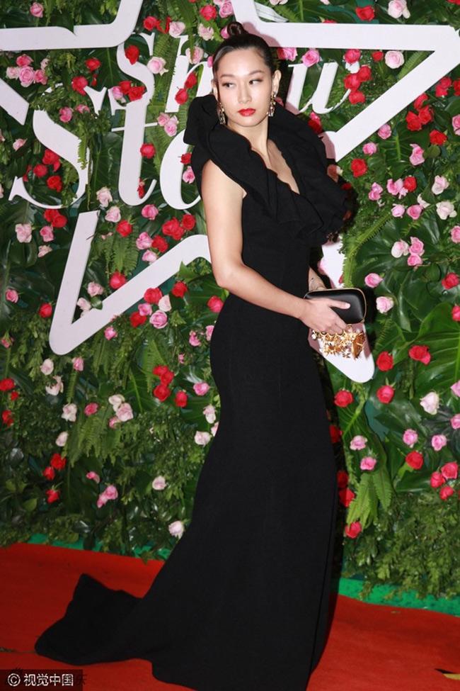 Từ Tử San dự sự kiện trao giải Show Star diễn ra tại Bắc Kinh (Trung Quốc). Cựu Hoa hậu Hong Kong xuất hiện với đầm đen xẻ lưng, phần cổ tạo kiểu cầu kỳ.