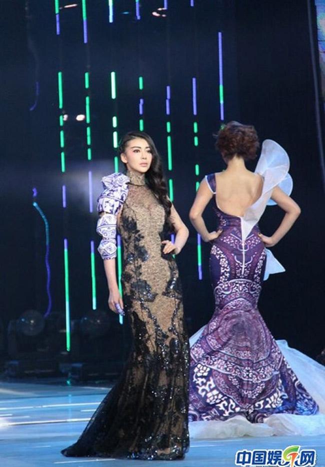Trong sự kiện thời trang danh tiếng được tổ chức tại Bắc Kinh, Củng Tân Lượng uất hiện trên sân khấu với vai trò là người mẫu biểu diễn.
