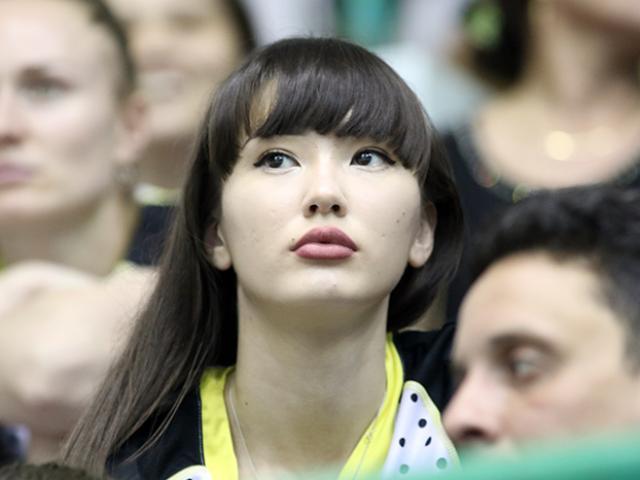 """Nữ thần bóng chuyền đẹp nhất thế giới gây sốt ở VN: 21 tuổi đã làm """"quan"""""""