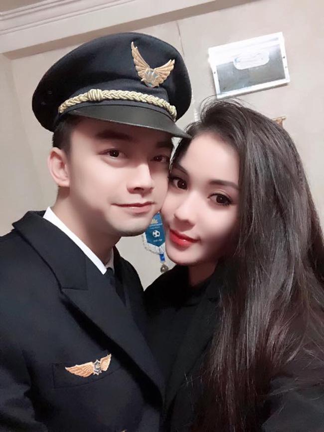 Hà Duy được nhớ đến là gương mặt sao nhí một thời trên màn ảnh Việt. Giờ đây, anh không theo nghiệp diễn, chuyển qua làm phi công. Bạn gái của Hà Duy là cô giáo Hà My.