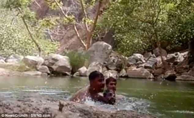 3 thanh niên Ấn Độ vô tình ghi cảnh mình chết đuối ở hồ sâu  - 1