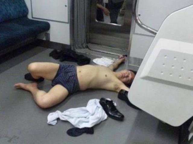 """Phì cười trước những tư thế ngủ """"bá đạo"""" của đàn ông Nhật trên đường về nhà"""