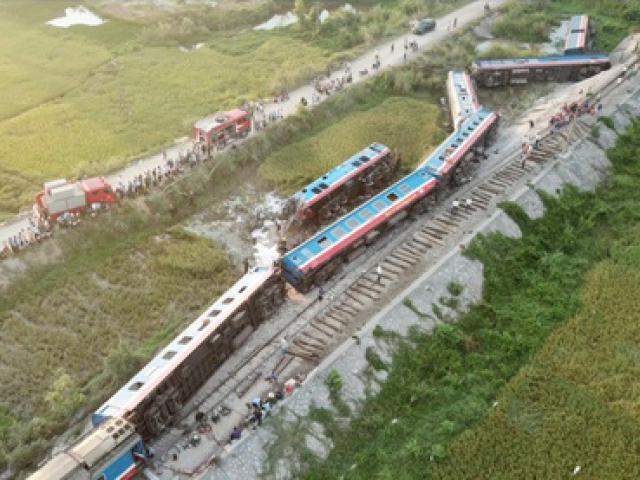 Ảnh: Hiện trường vụ lật tàu thảm khốc khiến nhiều người thương vong ở Thanh Hóa