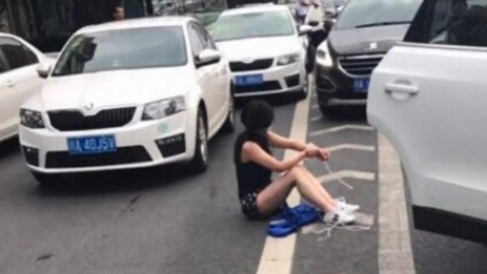 TQ: Đâm vào ô tô đằng trước, thấy cô gái bị trói rơi từ cốp ra ngoài - 1