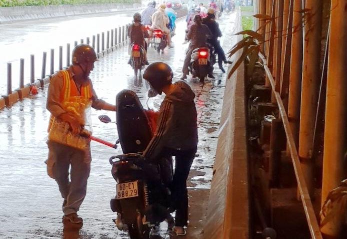 Trú mưa trong hầm vượt sông Sài Gòn, nhiều người bất ngờ với điều này - 1