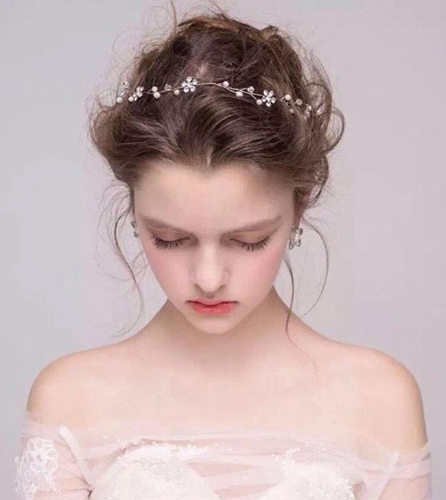 Điều đặc biệt là có vẻ đẹp như thiên thần nhưng cô thiếu nữ cũng chỉ thuộc hàng người mẫu vô danh ở quê nhà.
