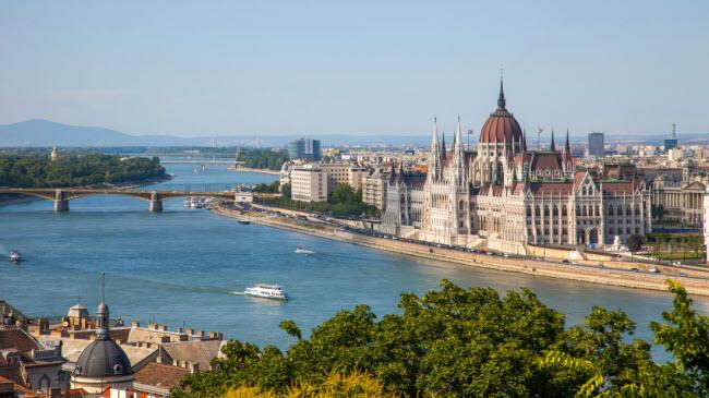 Dòng sông Danube chảy qua giữa thủ đô Budapest, Hungary. Bức ảnh này được chụp từ ngọn đồi Buda.