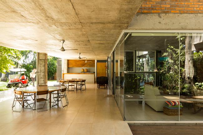 Ngôi nhà vẫn đảm bảo đón được ánh sáng tự nhiên dù hàng ngàn cây xanh um tùm bên ngoài.