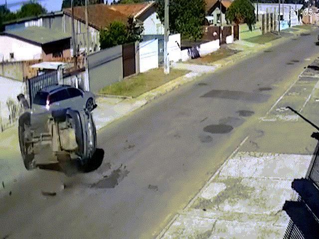 Brazil: Ôtô đánh cắp lộn nhiều vòng, người ngồi trong văng lên mái nhà