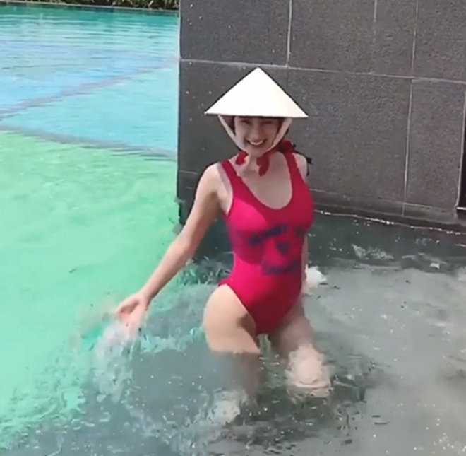 """Angela Phương Trinh đội nón lá đi bơi """"chưa là gì"""" so với Đông Nhi cưỡi trâu - 1"""