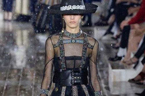 Show Dior Cruise: Người mẫu cưỡi ngựa, diễn trong mưa - 1